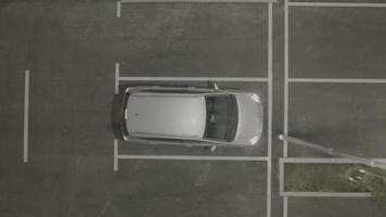 Antena 4k: elevador vertical acima da saída do carro do estacionamento video