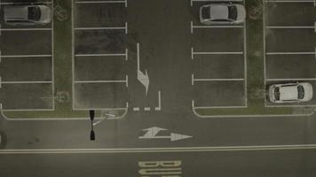 Aérea 4k: carro chega na noite do estacionamento video