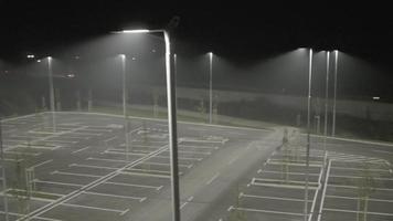 Antenna 4K: luci sul parcheggio vuoto