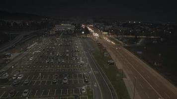 4k aéreo: descenso vertical en la noche del estacionamiento video