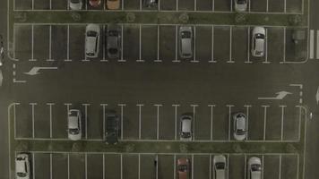 Antena 4k: tiro estático, carro chega ao estacionamento, manhã video