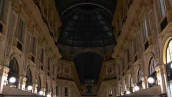 Italia noche galería comercial victor emmanuel ii dentro del panorama de la azotea 4k milan video