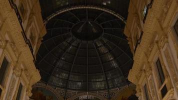 Italia noche galería comercial victor emmanuel ii dentro del panorama de la cúpula de la azotea 4k milán video