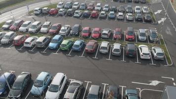 Aéreo 4k: rastreamento em estacionamentos completos video