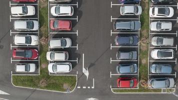 Antena 4k: dolly tloris acima da área de estacionamento cheia video