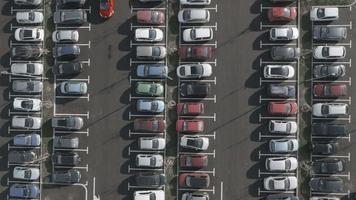 Antena 4k: carro em ascensão encontre o último lugar de estacionamento gratuito video