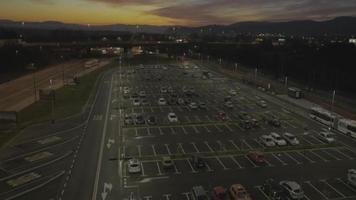 Antena 4k: rastreamento de passagem no estacionamento, pôr do sol, nascer do sol video