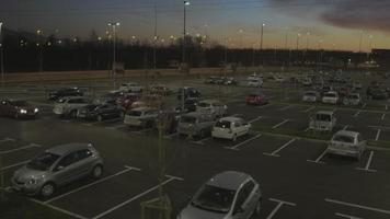 Antenna 4K: ascensore laterale sopra il parcheggio al tramonto, alba