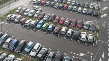 Antenna 4K: monitoraggio sopra un'area di parcheggio piena di auto