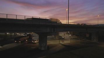 Antenna 4K: sollevamento verticale sull'autostrada al tramonto, alba