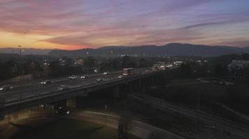 Antenna 4K: autostrada della città al tramonto, alba