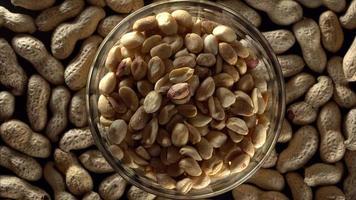 amendoim cru em uma tigela.