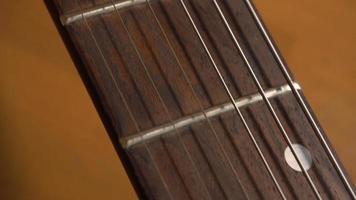 camera langzaam glijden over elektrische gitaar