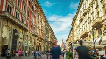 Italia cielo soleggiato Milano città via dante street affollato panorama a piedi 4K lasso di tempo