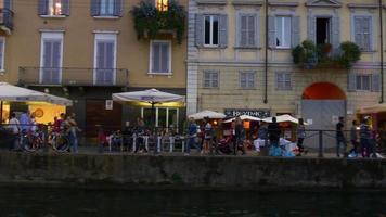 itália milão pôr do sol navigli lombardi canal baía em frente ao lado caminhando panorama 4k