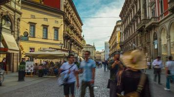 Italia giorno Milano città via dante street affollato panorama a piedi 4K lasso di tempo