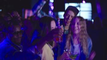 ekstatische Freunde tanzen im Nachtjungen