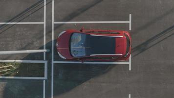Antenna 4K: auto sul parcheggio vuoto