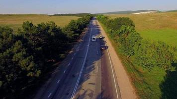 autostrada di campagna con circolazione bidirezionale in movimento video