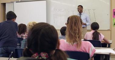 Schüler schreibt auf Whiteboard in der vorderen Klasse, erschossen auf r3d