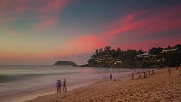 Panorama de playa pequeña puesta de sol de la isla de phuket de Tailandia 4k lapso de tiempo video
