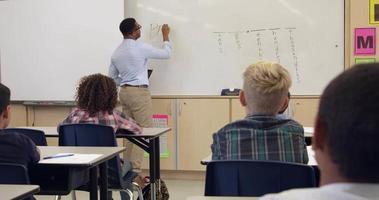 écolière écrit sur tableau blanc en classe avant, tourné sur r3d