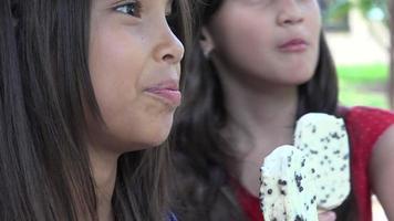 unga flickor som äter glass video