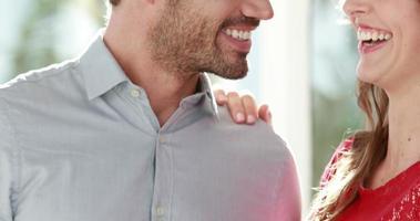 coppia sorridente con anello di fidanzamento