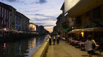 itália milão pôr do sol noite navigli lombardi canal bay restaurantes panorama calçada 4k video