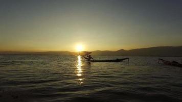 pescador al atardecer, lago inle video