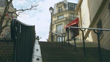 scale di montmartre paris e la sua bancarella di frutta