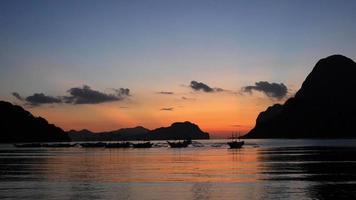paisagem tropical com barcos tradicionais das Filipinas ao pôr do sol. Filipinas video