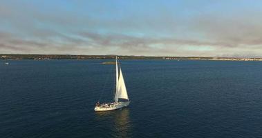 yacht che naviga vicino all'isola di galesnjak, croazia