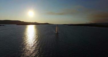 Vista aerea della barca a vela accanto all'isola di Galesnjak al tramonto, Croazia