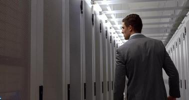 Technicien de données marchant dans le vestiaire video
