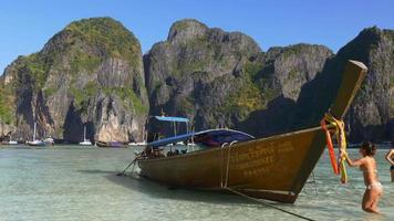 Thailandia famosa koh phi phi beach barca turistica panorama 4K