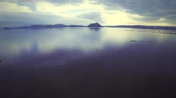 fotocamera che sorvola il lago taal video