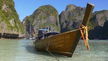 día de verano de tailandia famoso panorama de barco turístico de la playa de la isla de koh phi phi 4k video