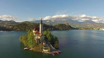 vista della chiesa nel lago di bled video