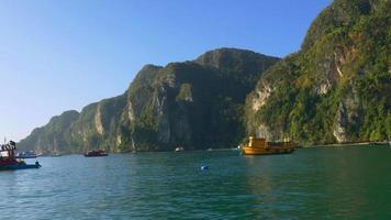 dia de verão na tailândia famoso passeio de barco turístico panorama 4k video