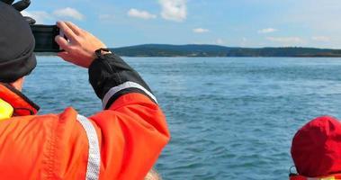 4k homem fotografa baleias, barco para observação de baleias