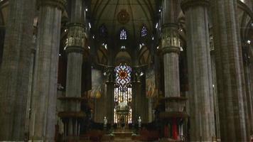 itália milão luz do dia famosa duomo catedral interior centro caminhada panorama 4k