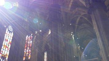 italia duomo cattedrale tempo di giorno all'interno del tetto cupola a piedi panorama 4k milano