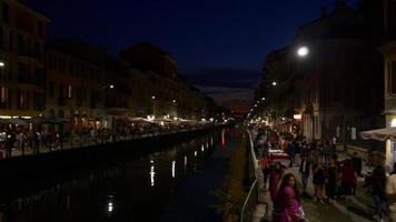 Itália milão iluminação noturna navigli lombardi canal restaurantes panorama da baía 4k video