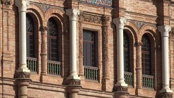 Fenster und Säulen europäischer Architektur