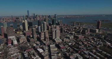 Jersey City Antennen schwenken Schuss von Hochhäusern & Downtown & Midtown Manhattan
