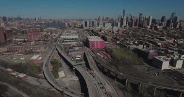 Jersey City Flyover Autobahngabel mit Blick auf Verkehr, Hochhäuser und die Innenstadt von New York
