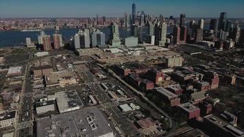 stationäre Ansicht der Trikotstadtluft mit der Skyline von NYC im Hintergrund