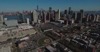 Jersey City Antennen fliegen in Richtung Innenstadt von Manhattan mit Blick auf Baseballfeld