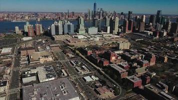 stationärer Zeitraffer der Jersey City-Antenne mit Manhattan im Hintergrund
